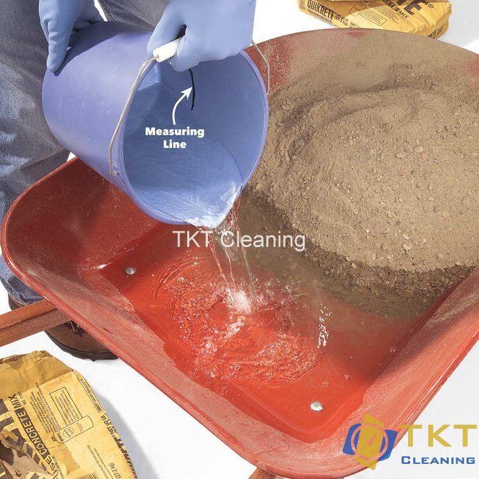 Trộn nước với xi măng cát